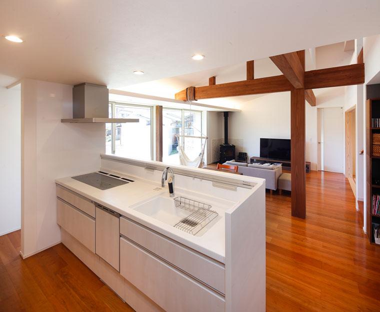 キッチンはカウンターの高さを上げ、手元が見えないように|お客様邸20160309-04
