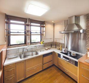家族一緒に料理を楽しめる、広々としたL字型のキッチン