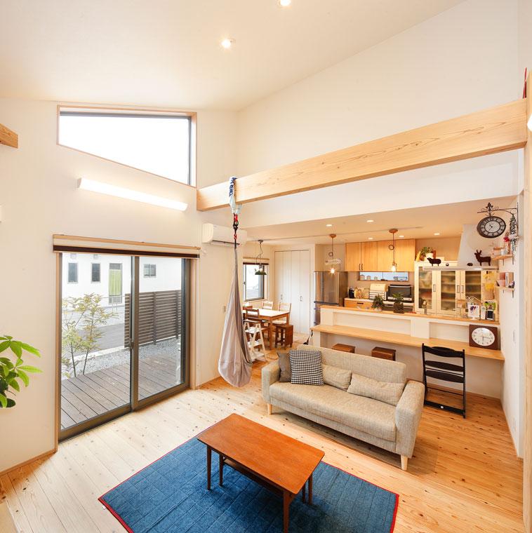勾配天井に沿って作られた窓からたっぷりの光が入る|実例201705