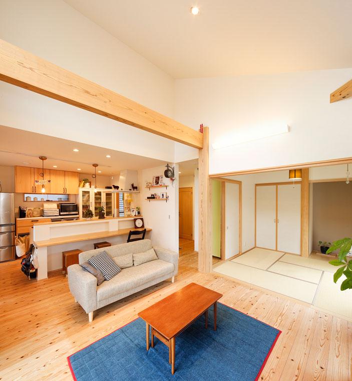 和室とリビングはフラットにつながり、襖を開けると大空間に|実例201705