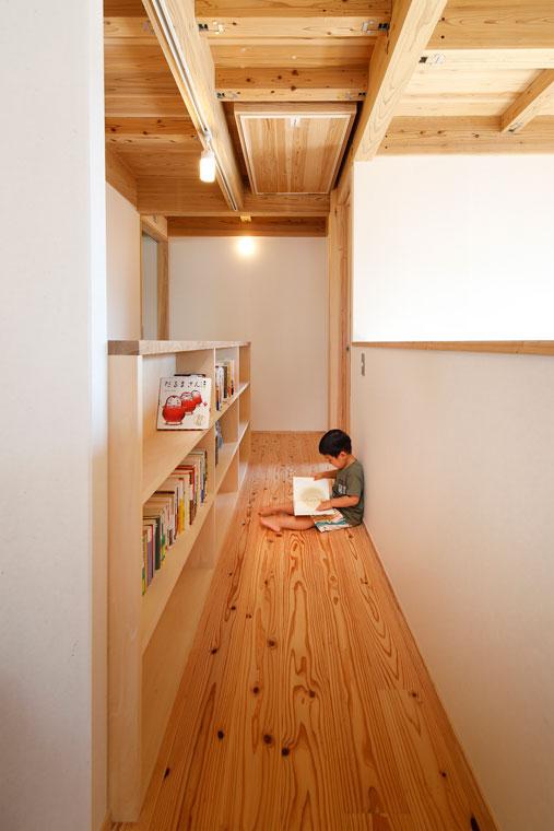 2階の廊下は本棚を設置し読書スペースに|建築実例201802-06