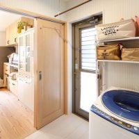 キッチン横には勝手口を設けたドライルームを兼ねた脱衣室|実例201705