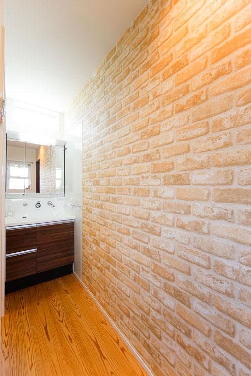 玄関側の洗面まではレンガ調のクロスがポイント|建築実例1609-06