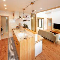 キッチンはナチュラルな空間に合わせて木目調をチョイス|実例201705