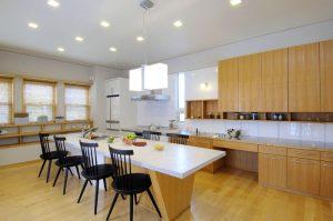 白を基調とした造作のパーティーキッチン