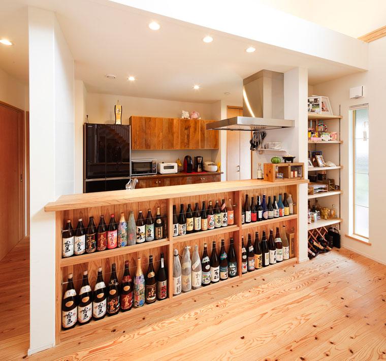たくさんのコレクションが並ぶキッチン前の焼酎棚|建築実例201612-04