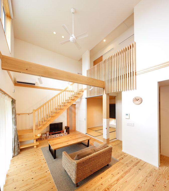 リビングに階段を設けたセンターリビング設計|建築実例201612-01
