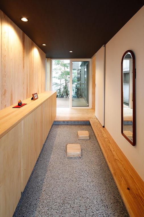 土間のある玄関は、奥に見える植栽が奥行を感じさせる|建築実例201707-01