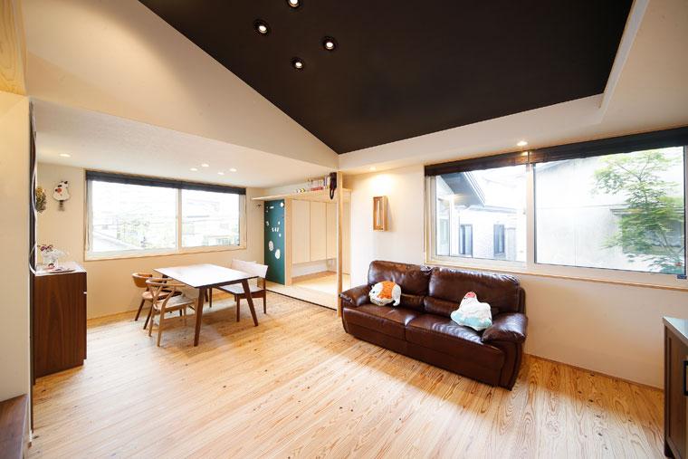 勾配天井のリビングは黒色が空間を引き締める|建築実例201707-05