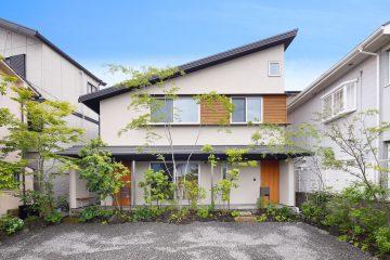 庭の木々が2階の子世帯にまで目が届く四季を感じる家|建築実例201707