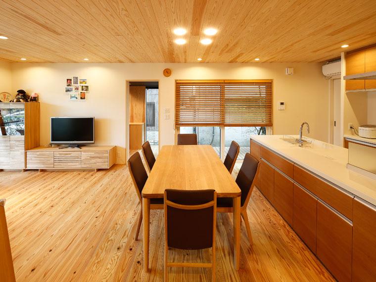 天井も杉板張りの1階LDKは木視率50%の落ち着いた空間|建築実例201707-02