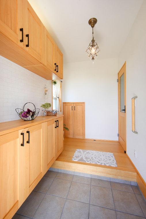 玄関収納にも床材と同じパイン材を使用することで、住まい全体のまとまりを演出|建築実例201710-02
