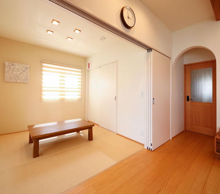 リビングとフラットにつながる和室。奥にはたっぷりの収納も|建築実例201710-05