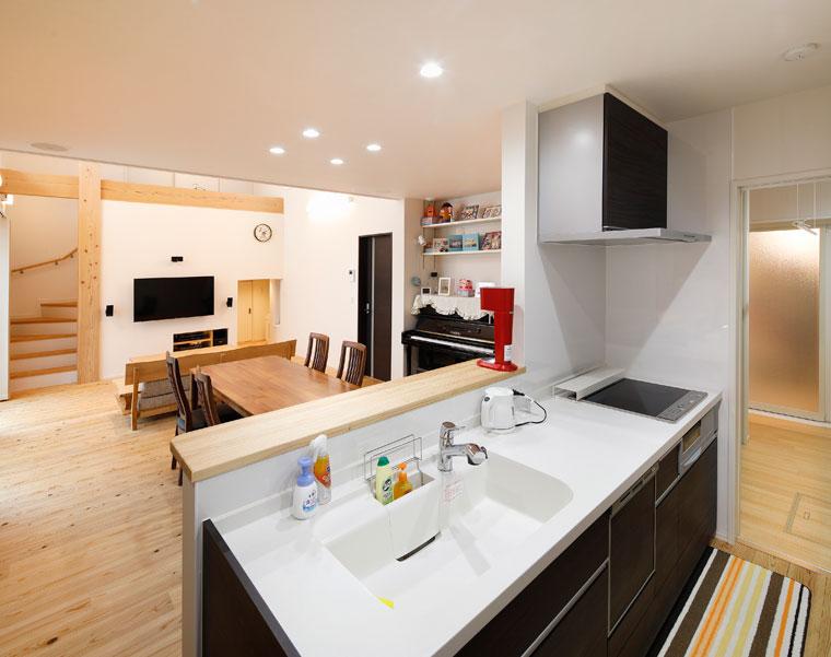 キッチン奥は脱衣室~浴室とつながり、家事動線もいい|建築実例201712