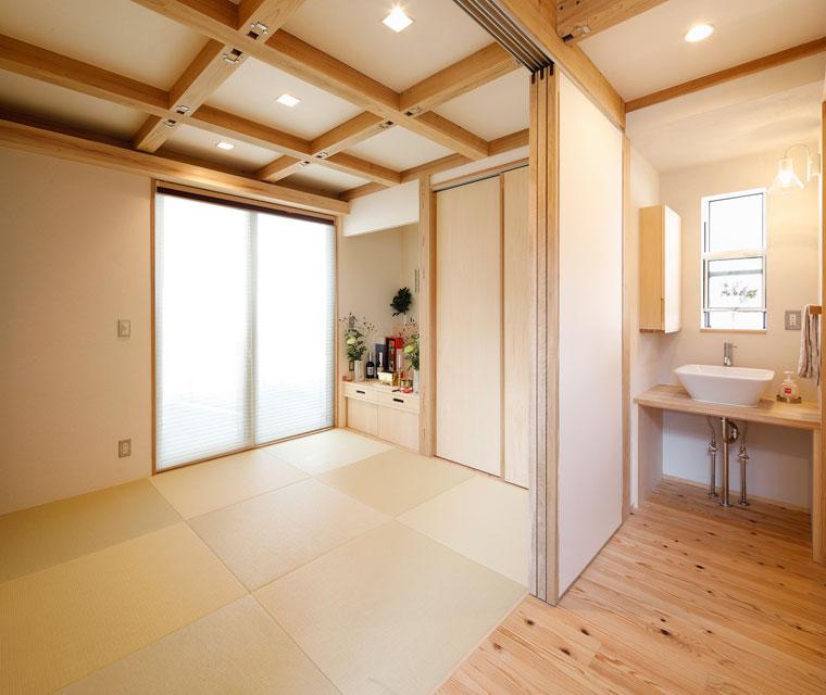 リビング奥の和室もナチュラルな色味でまとめ、優しい雰囲気に|建築実例201802-04