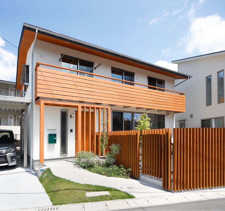 木の温もりが感じられるナチュラルな外観 建築実例201802-01
