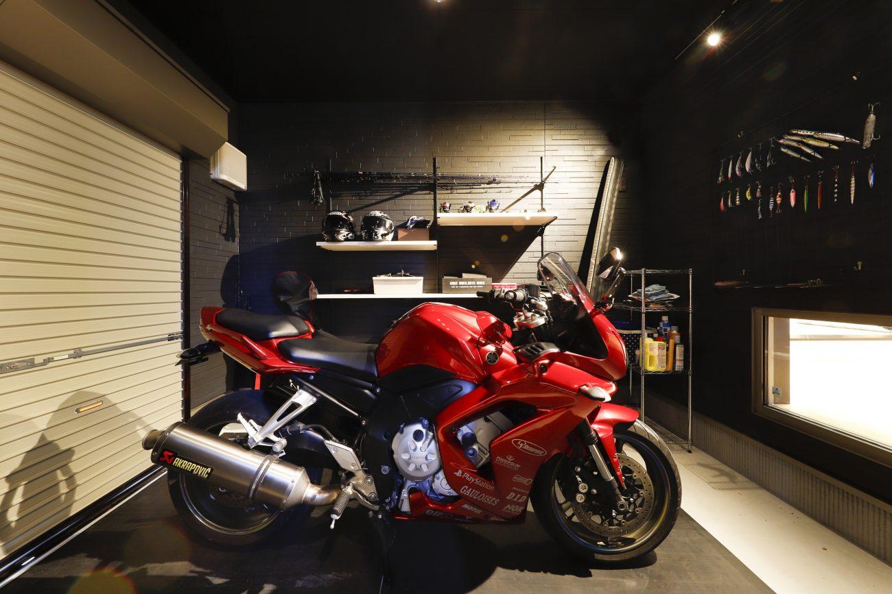趣味を生かす、バイクガレージとピアノのある住まい