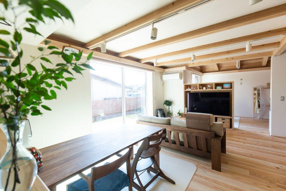 四季の移ろいを感じられる、自然素材あふれるMOOK HOUSEの住まい