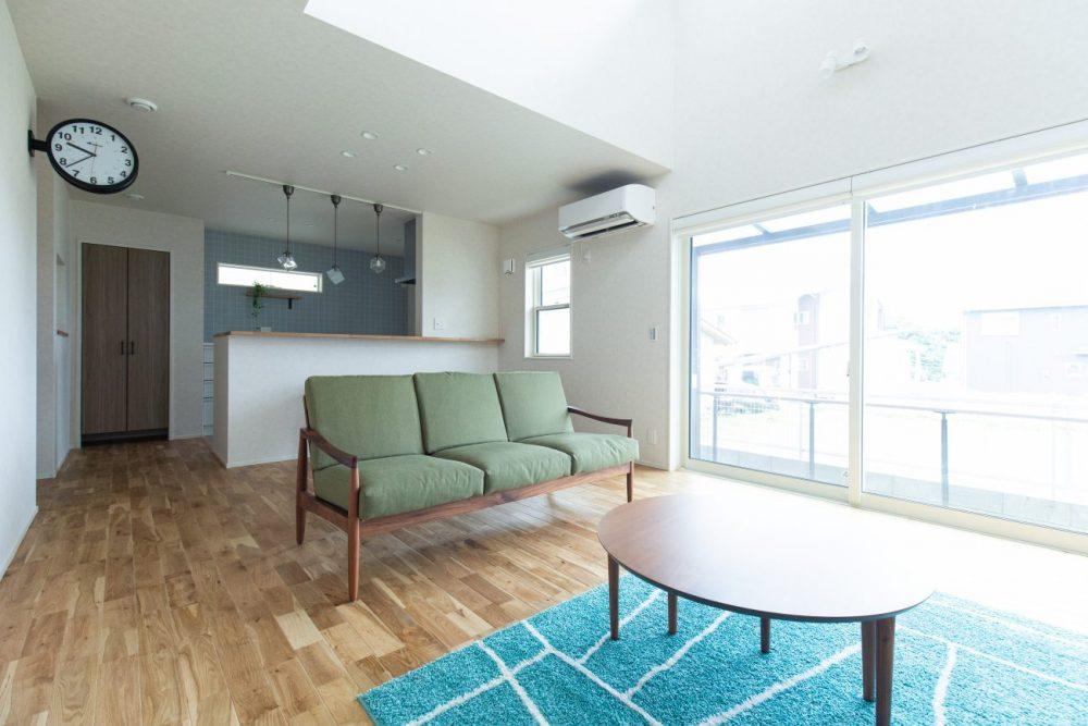 明るく開放感のある吹抜けと平屋風2階建ての住まい